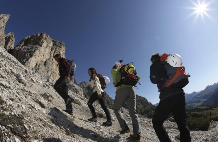 menjadikan warga lokal sebagai guide pendakian